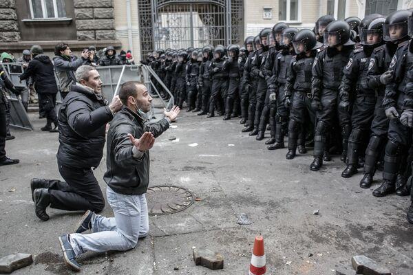 На фото: столкновения протестующих с бойцами сил правопорядка во время беспорядков возле здания администрации президента Украины - Sputnik Грузия