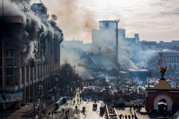 На фото: дым от пожаров и сторонники оппозиции на площади Независимости в Киеве - Sputnik Грузия
