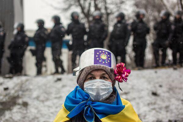 Участница протестных митингов за евроинтеграцию Украины на улице Грушевского в Киеве - Sputnik Грузия