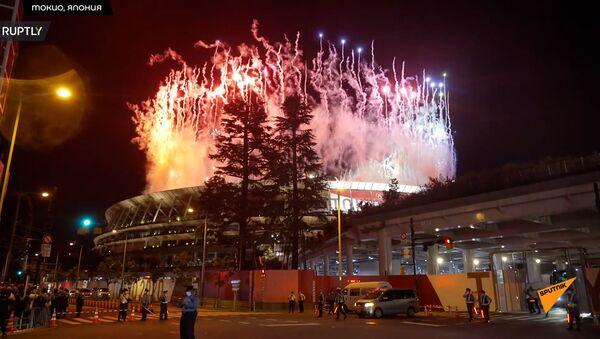 Фейерверк над Олимпийским стадионом в Токио во время церемонии закрытия XXXII летней Олимпиады - Sputnik Грузия