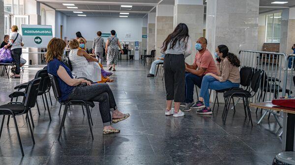 Очередь на вакцинацию в шестом корпусе Тбилисского технического университета - Sputnik Грузия