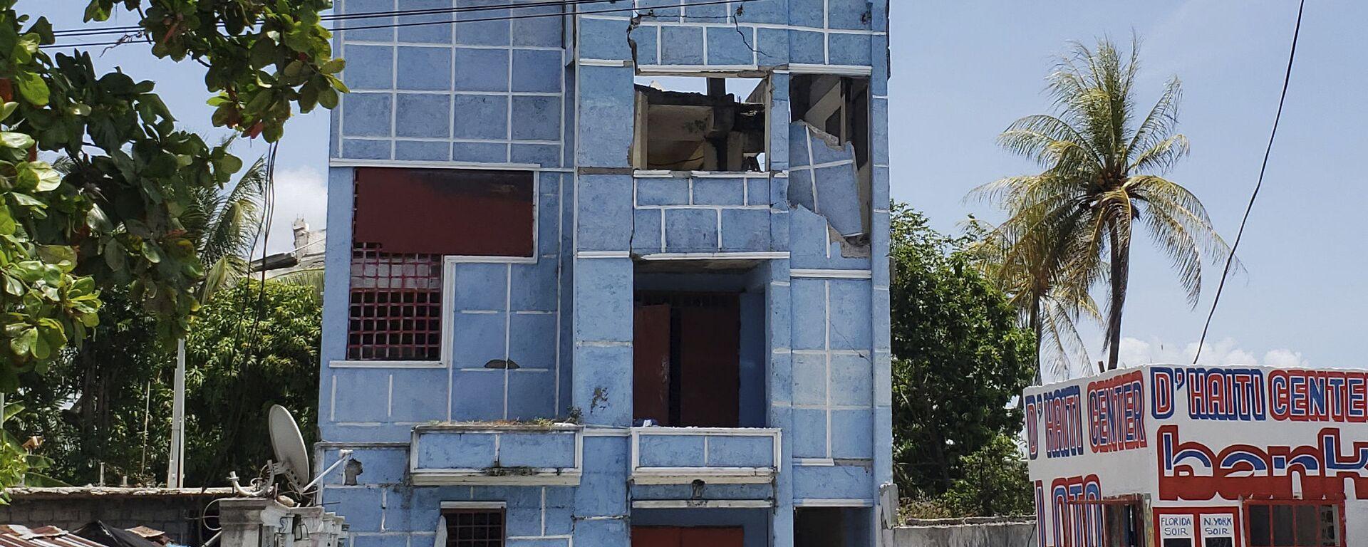Поврежденная гостиница после землетрясения на Гаити  - Sputnik Грузия, 1920, 18.08.2021
