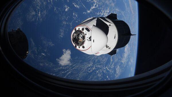 Капсула SpaceX Crew Dragon приближается к Международной космической станции - Sputnik Грузия