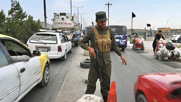 Афганский полицейский на блокпосту в Кабуле проверяет машины - Sputnik Грузия