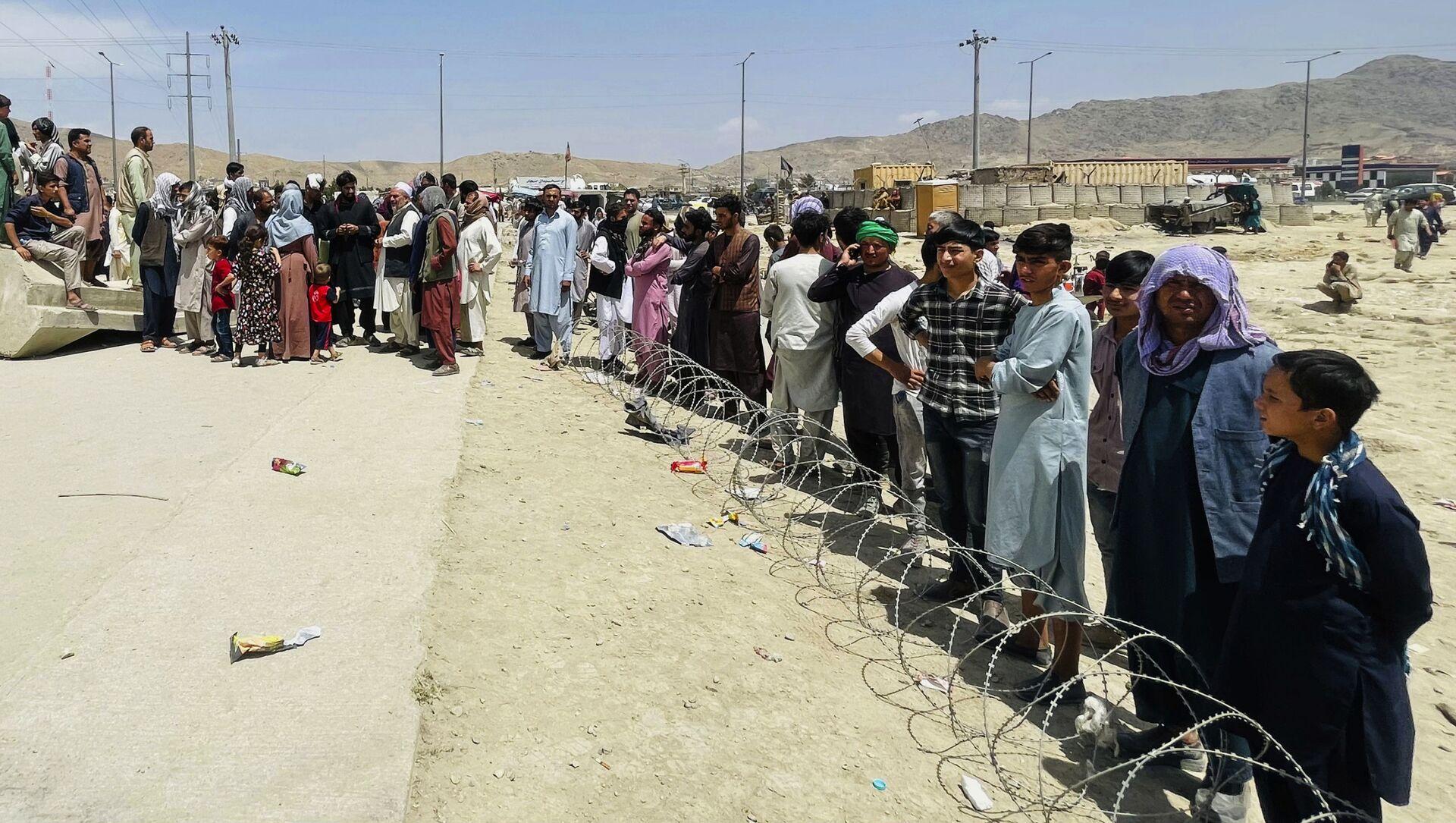 Жители Афганистана в очереди на территорию международного аэропорта в Кабуле - Sputnik Грузия, 1920, 19.08.2021