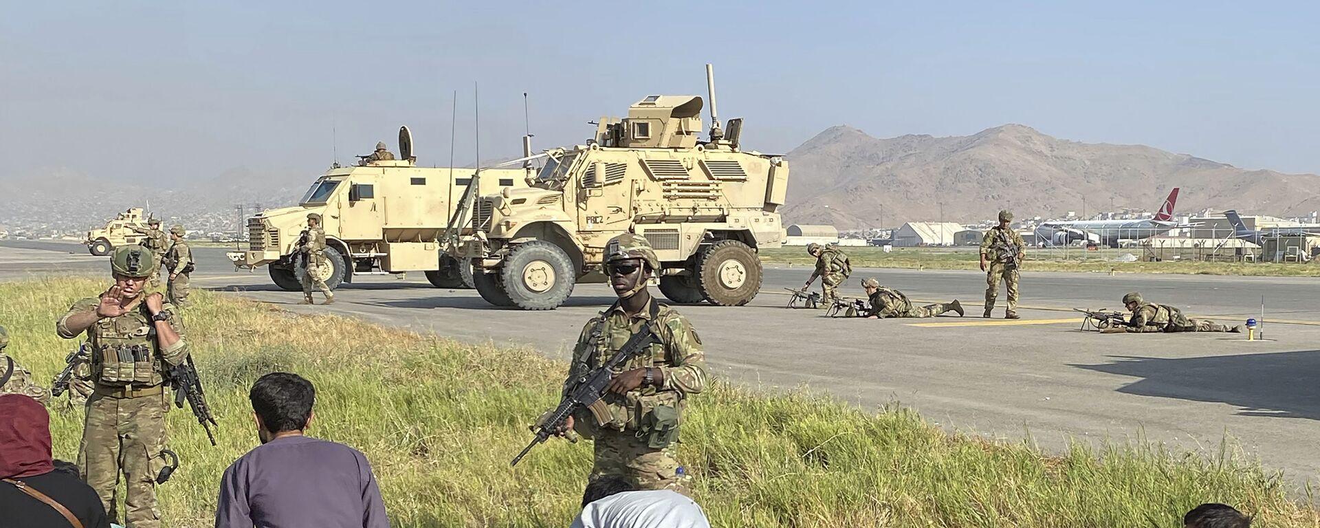 Американские солдаты охраняют международный аэропорт Кабула, Афганистан - Sputnik Грузия, 1920, 17.08.2021