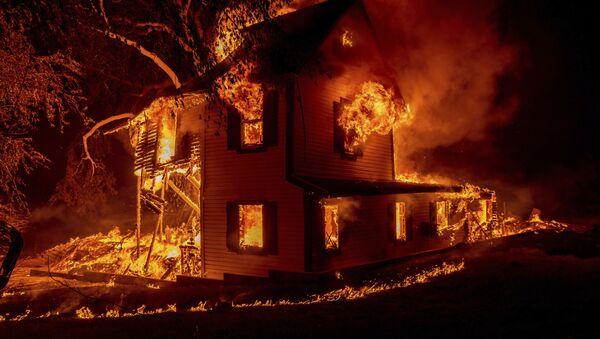 Загоревшийся дом в Джейнсвилле, штат Калифорния - Sputnik Грузия