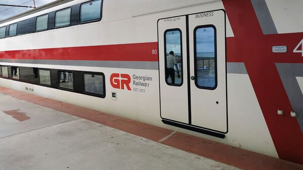 Батумский железнодорожный вокзал. Двухэтажный пассажирский поезд - Sputnik Грузия