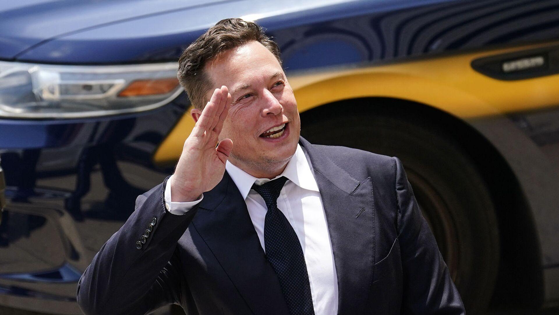 Генеральный директор SpaceX и Tesla Motors Илон Маск приветствует поклонников при выходе из центра правосудия (12 июля 2021). Уилмингтон - Sputnik Грузия, 1920, 27.09.2021