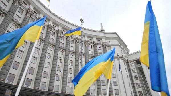 Флаги у здания правительства Украины в Киеве - Sputnik Грузия
