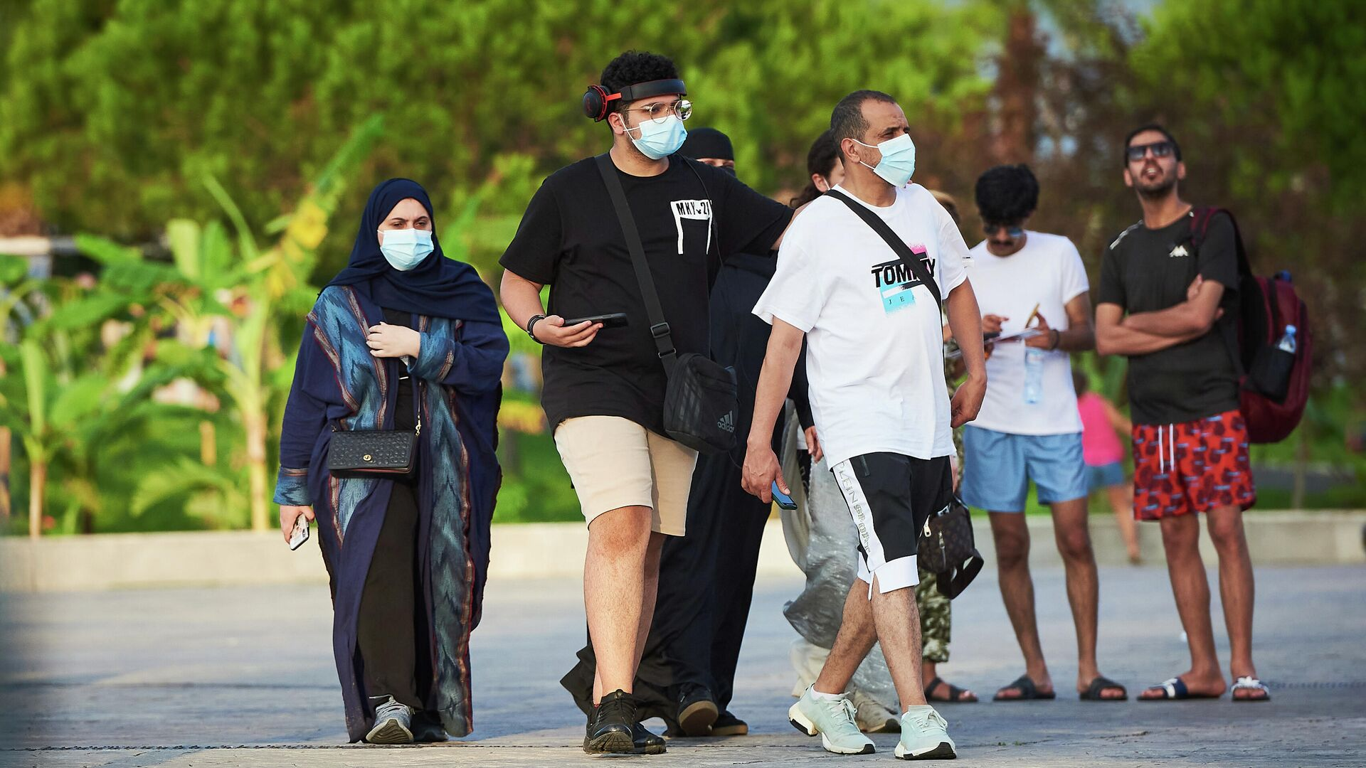 Эпидемия коронавируса - туристы на батумском бульваре в масках - Sputnik Грузия, 1920, 06.09.2021