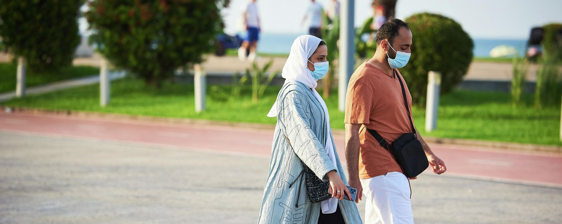 Эпидемия коронавируса - туристы на батумском бульваре в масках - Sputnik Грузия, 1920, 28.08.2021