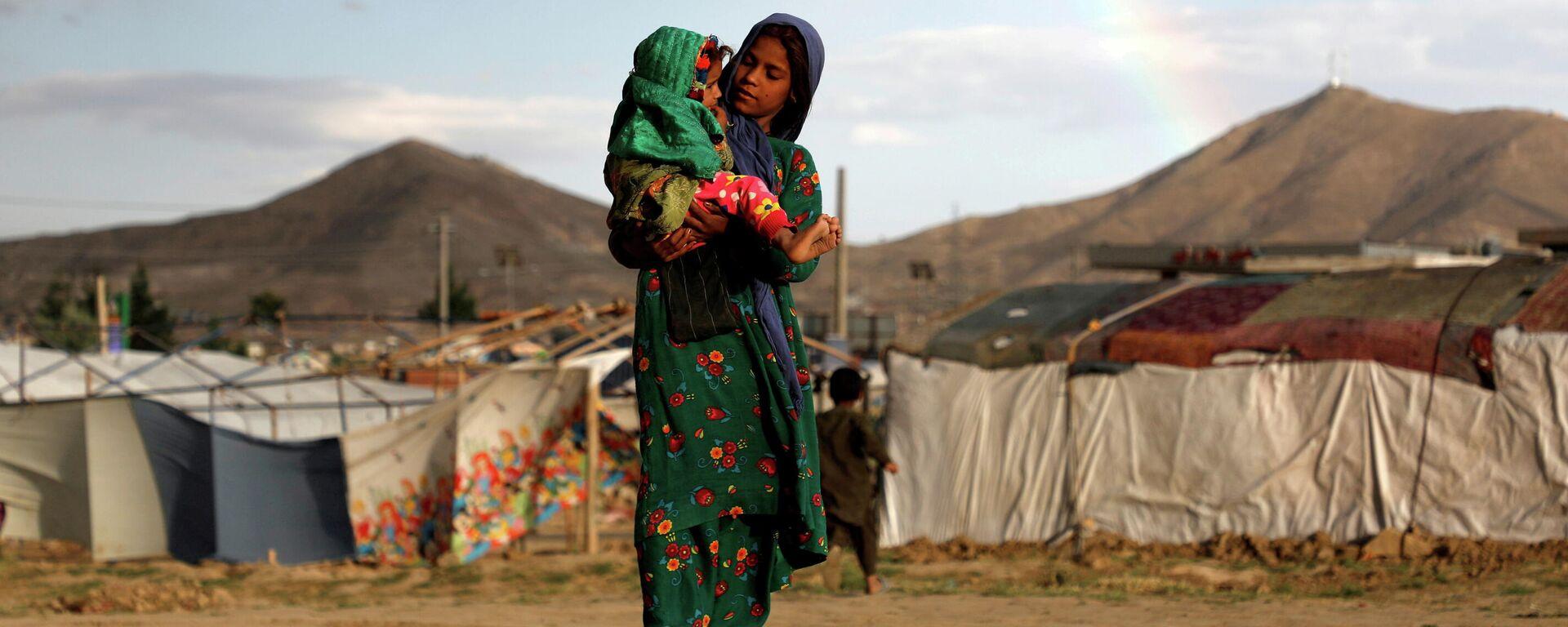 Женщина с ребенком в палаточном городке для беженцев у Кабула, Афганистан - Sputnik Грузия, 1920, 27.08.2021