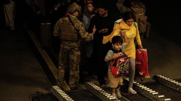 Эвакуированные из Афганистана садятся на военный самолет из Кабула - Sputnik Грузия