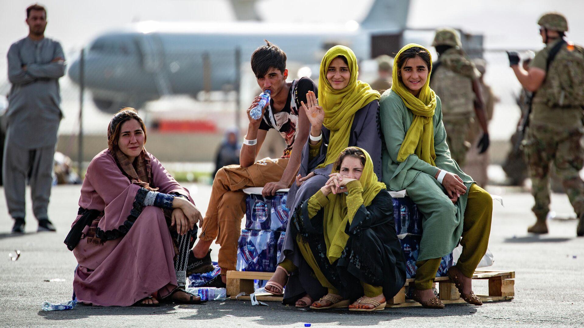 Эвакуированные женщины и дети ждут рейса в международном аэропорту Хамида Карзая в Кабуле - Sputnik Грузия, 1920, 16.09.2021