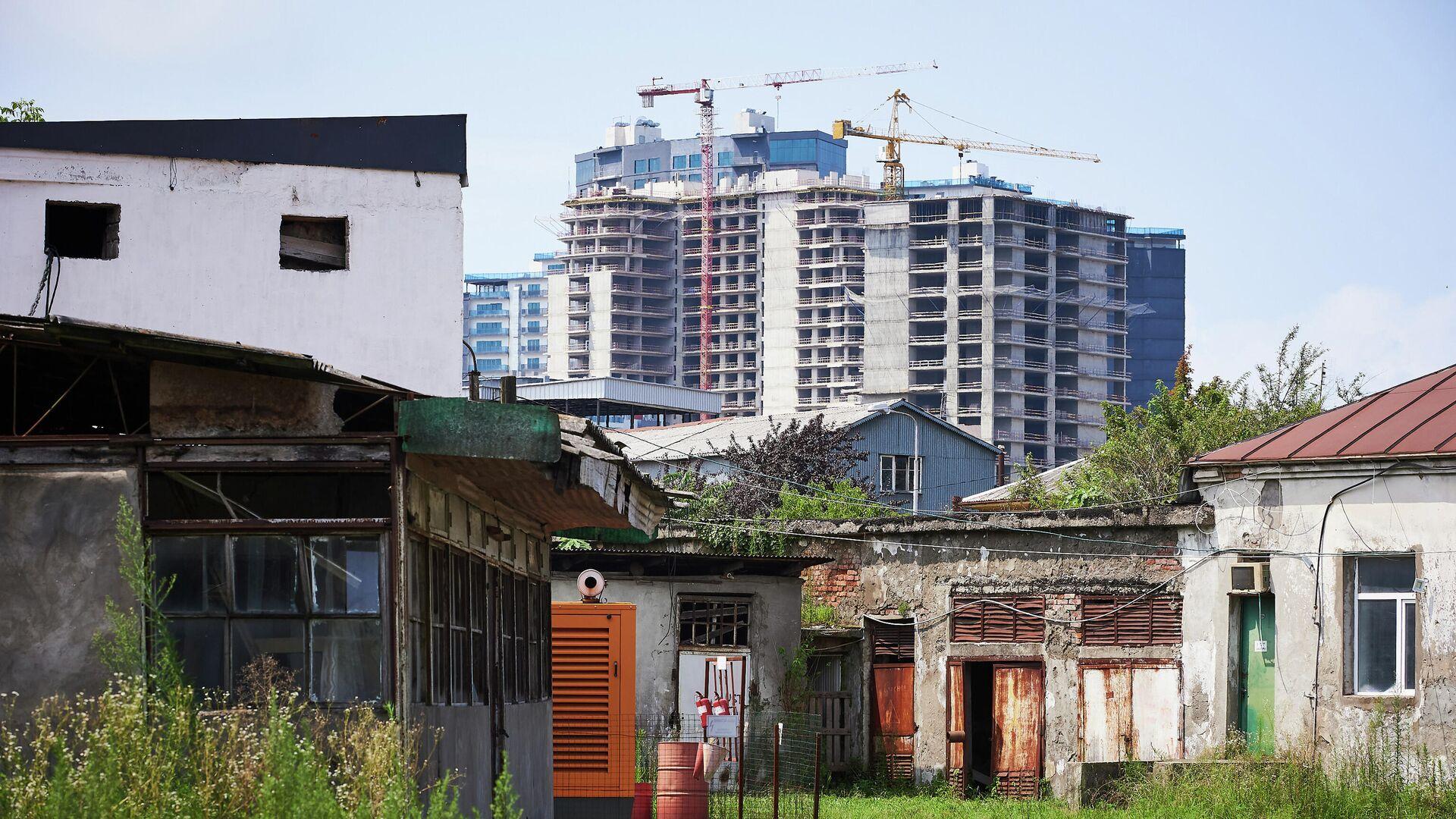 Строительство новых жилых домов близ батумского бульвара - на переднем плане старые постройки - Sputnik Грузия, 1920, 11.10.2021