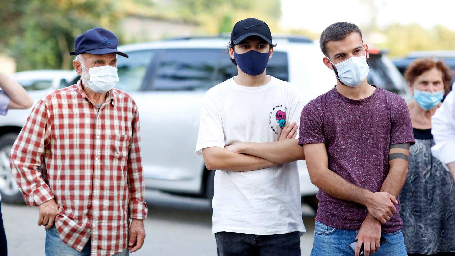 Эпидемия коронавируса - избиратели на предвыборной встрече в масках - Sputnik Грузия, 1920, 05.09.2021