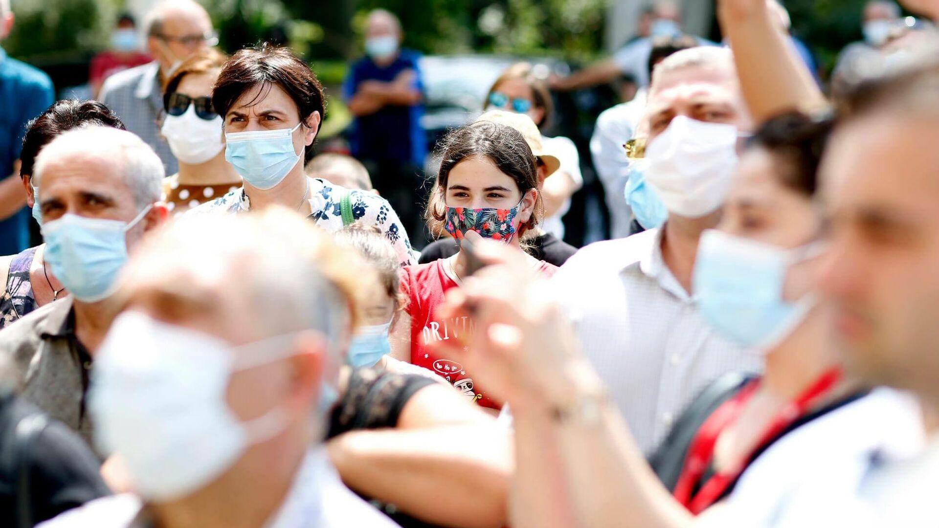 Эпидемия коронавируса - избиратели на предвыборной встрече в масках - Sputnik Грузия, 1920, 06.09.2021