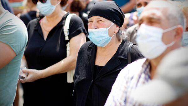 Эпидемия коронавируса - избиратели на предвыборной встрече в масках - Sputnik Грузия