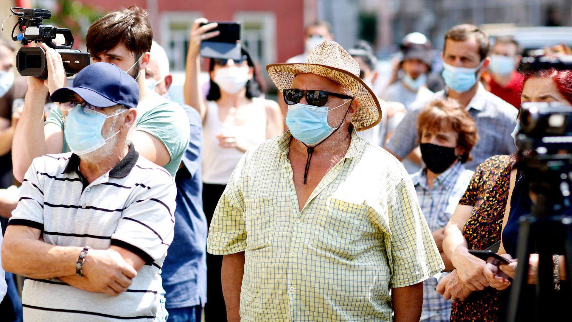 Эпидемия коронавируса - избиратели на предвыборной встрече в масках - Sputnik Грузия, 1920, 02.09.2021