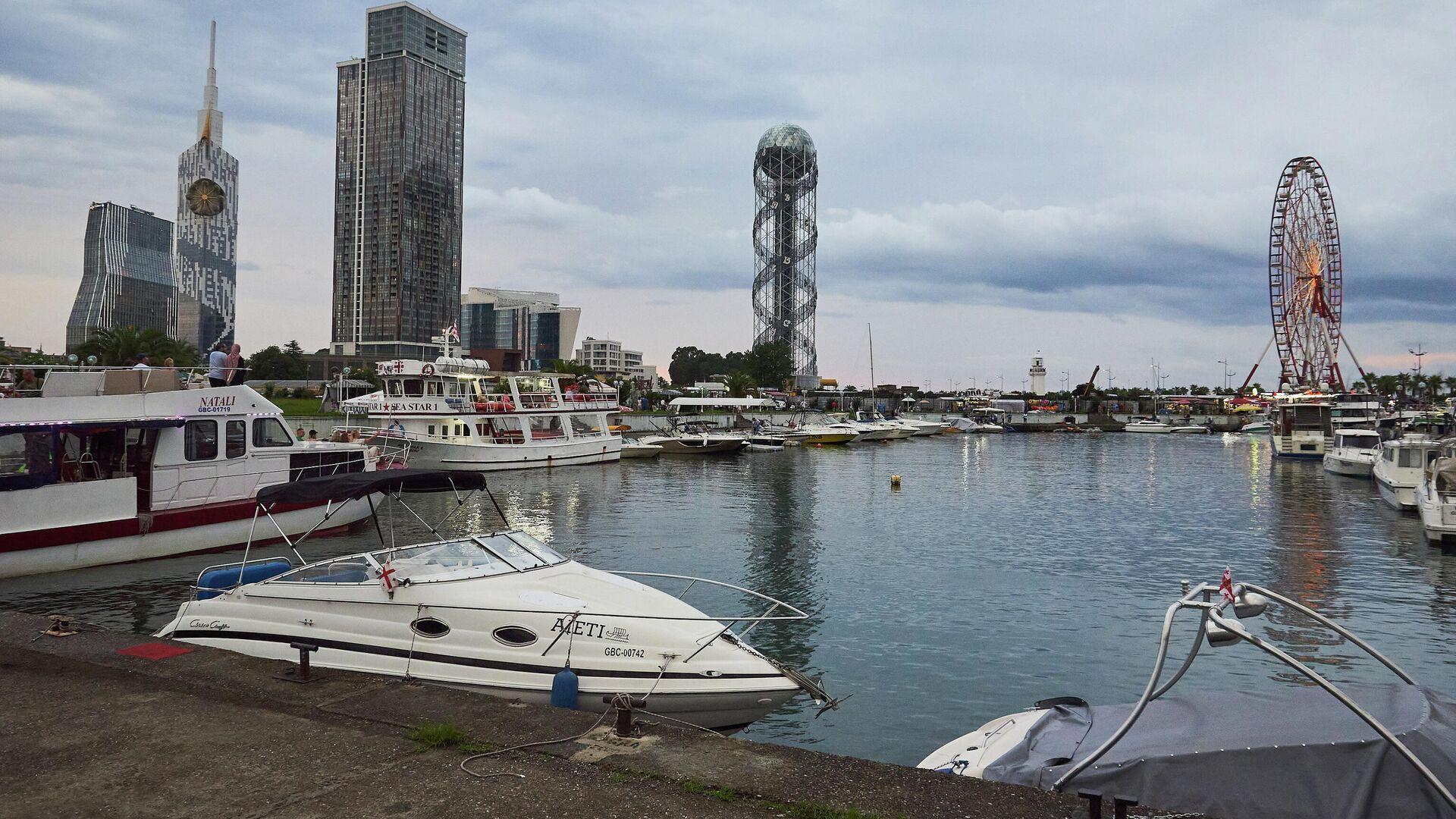 Город Батуми в пасмурную погоду - прогулочные катера и яхты у причала - Sputnik Грузия, 1920, 19.09.2021