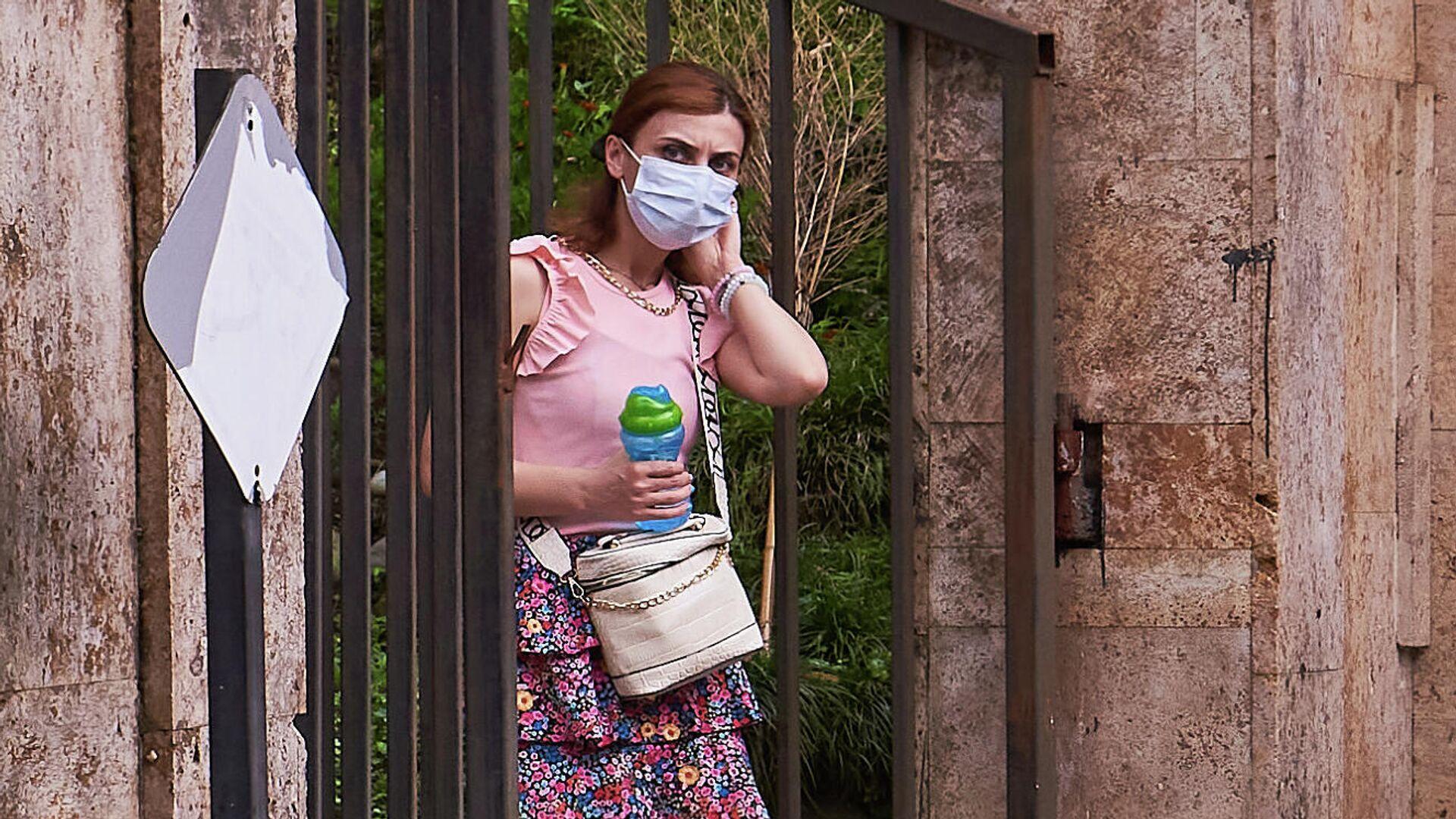 Эпидемия коронавируса - люди в масках у входа в Батумский ботанический сад - Sputnik Грузия, 1920, 05.09.2021