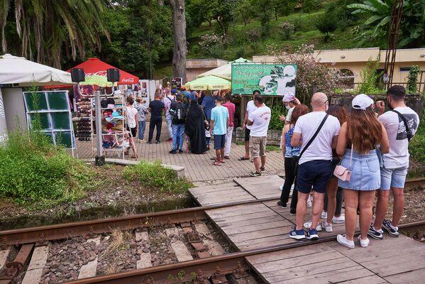 Уже с утра в Батумский ботанический сад выстраиваются очереди из туристов. Снимок сделан в августе этого года, когда Грузия смягчила ограничения и страну снова стали посещать зарубежные гости - Sputnik Грузия