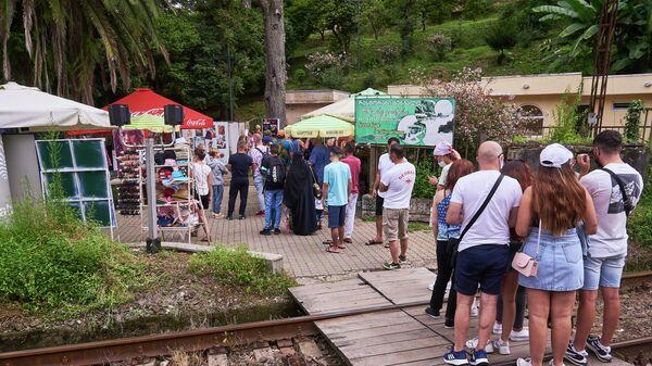 Батумский ботанический сад - туристы в очереди к кассе у входа - Sputnik Грузия