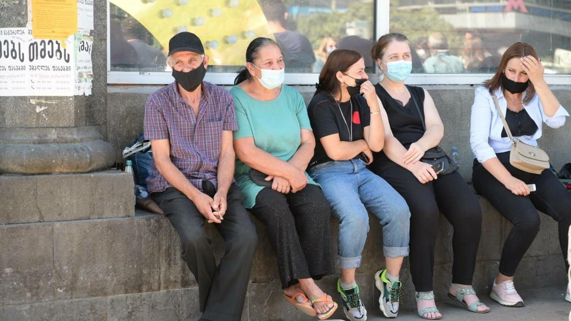 Уличные торговцы в масках в ходе акции протеста 3 сентября 2021 года - Sputnik Грузия, 1920, 06.09.2021