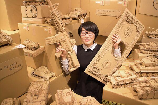 Основная функция картона – хранение вещей, однако этот материал является весьма недооцененным. Японская художница Монами Оно нашла ему применение, она создает небольшие, но безумно сложные скульптуры из картона - Sputnik Грузия