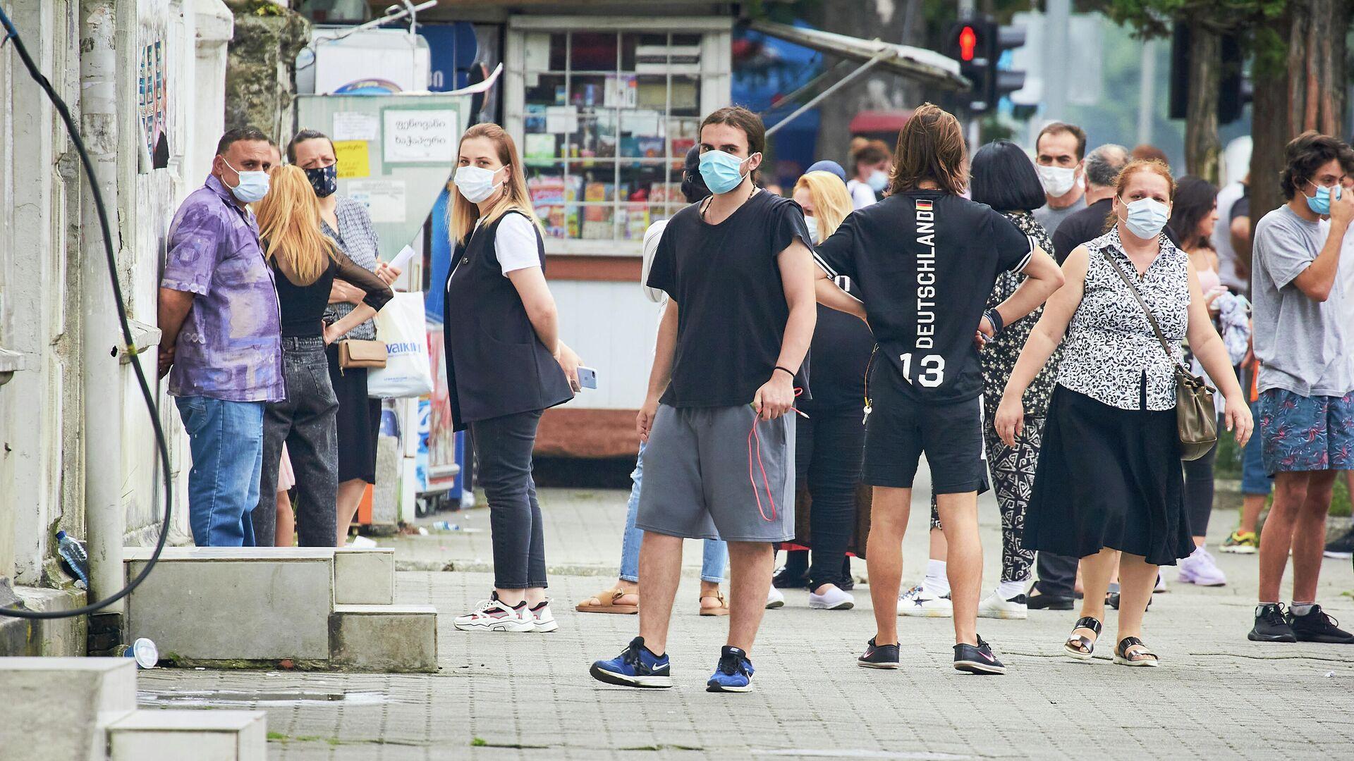 Эпидемия коронавируса - ПЦР тестирование, жители ждут в очереди в масках - Sputnik Грузия, 1920, 04.09.2021