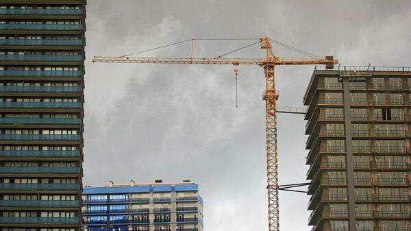 Подъемный кран на строительстве высотного дома - Sputnik Грузия
