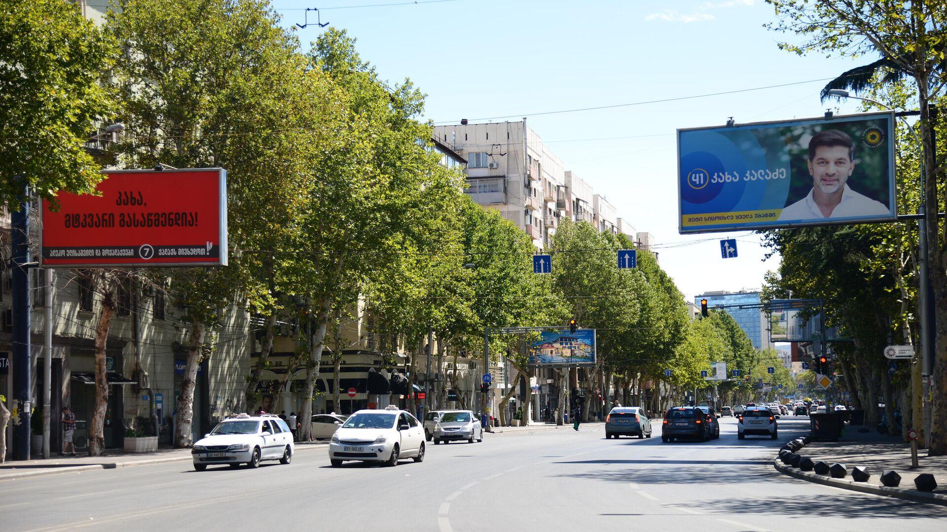 Предвыборная реклама в Тбилиси в Сабуртало - баннер правящей партии Грузинская мечта, Каха Каладзе - Sputnik Грузия, 1920, 21.09.2021