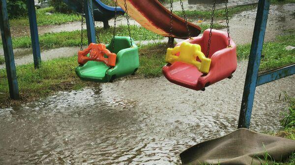 Затопленная водой детская площадка после сильного дождя - Sputnik Грузия