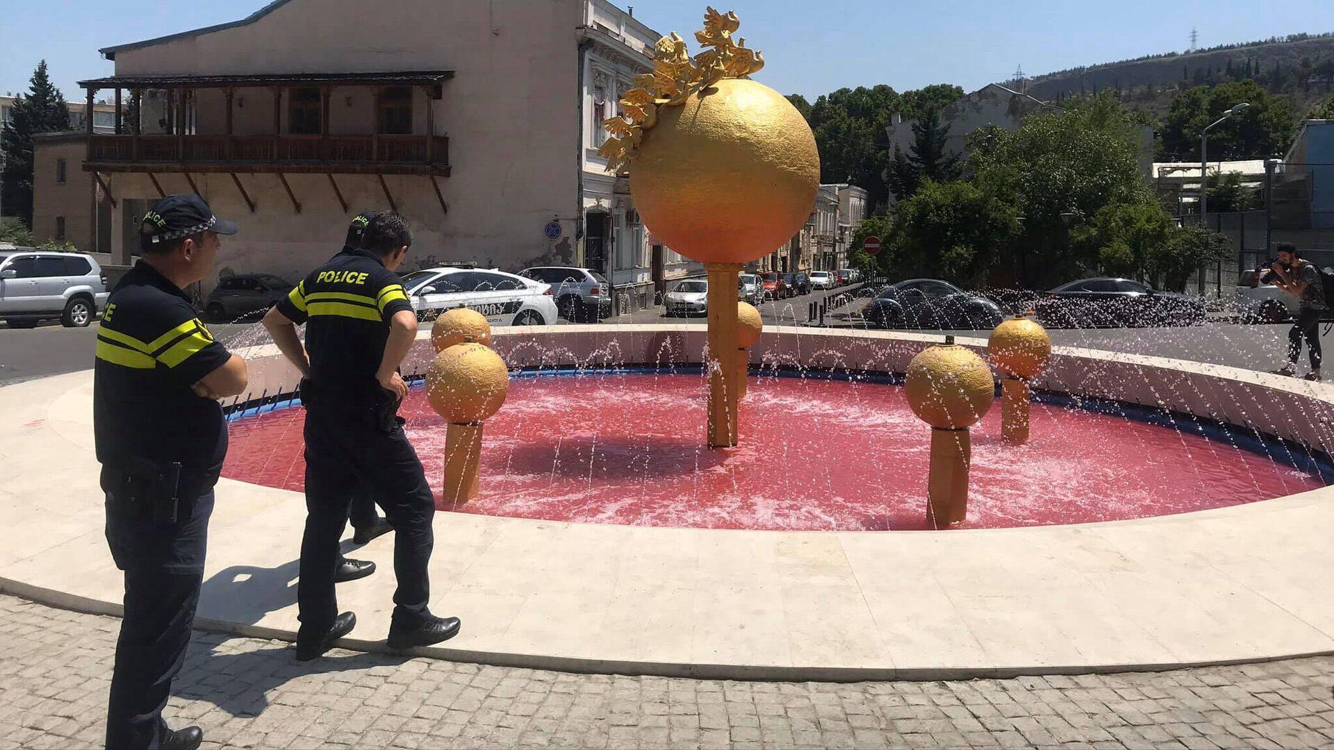Полицейские у фонтана у здания правительственной администрации - Sputnik Грузия, 1920, 06.09.2021