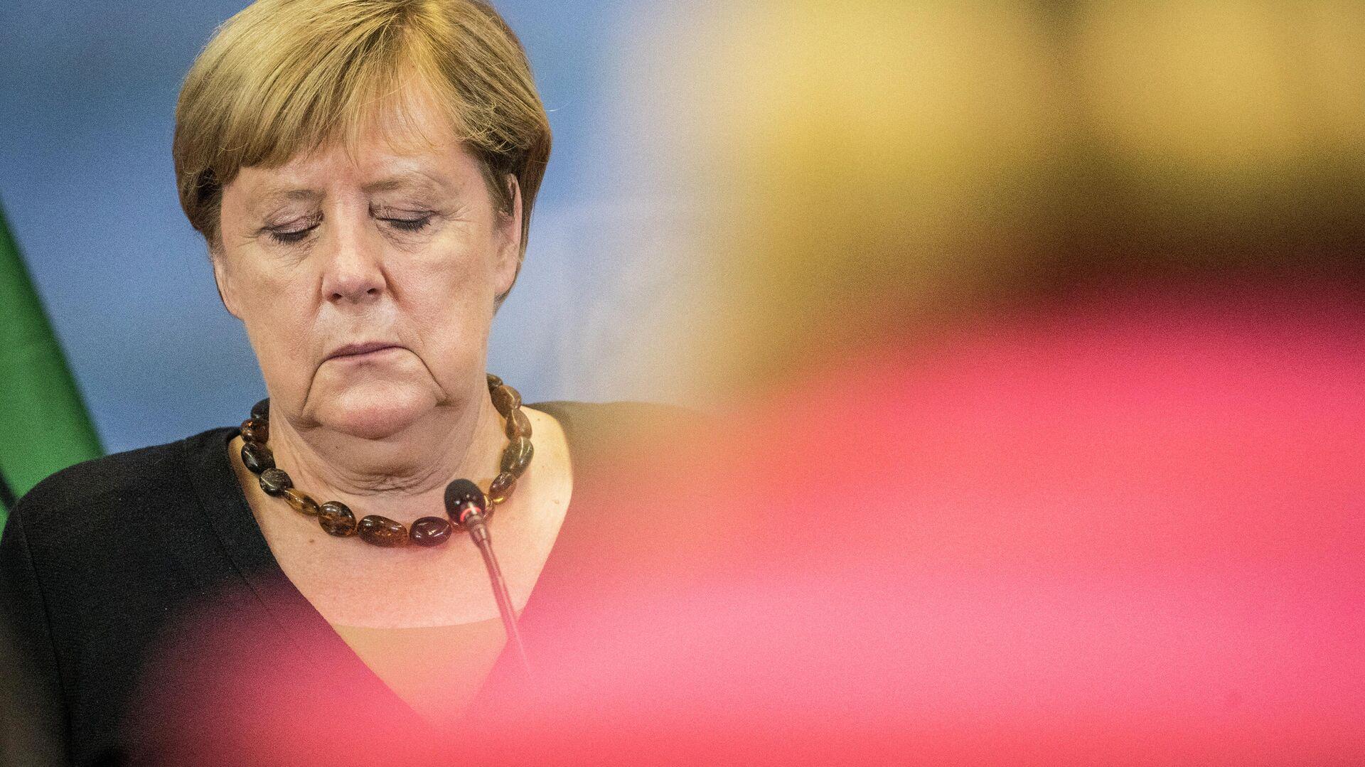 Ангела Меркель с закрытыми глазами на пресс-конференции - Sputnik Грузия, 1920, 06.09.2021