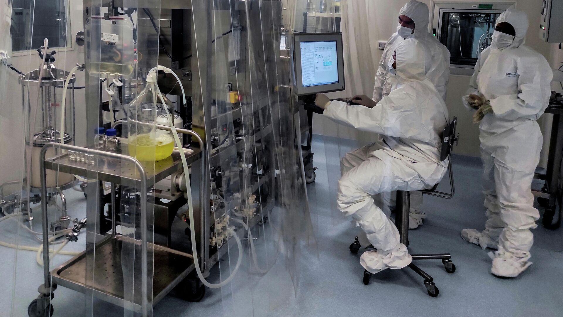 Ученые работают в биолаборатории - Sputnik Грузия, 1920, 06.09.2021