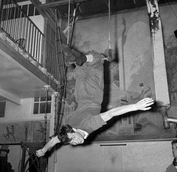 """Кинодебют Бельмондо состоялся в 1957 году в фильме """"Мольер"""", но эпизоды с его участием в окончательный вариант картины не попали – они были вырезаны при монтаже - Sputnik Грузия"""