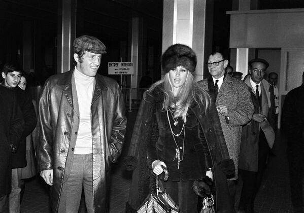 За свою творческую карьеру Бельмондо сыграл почти в сотне фильмов. На фото: Жан-Поль Бельмондо и Урсула Андресс в аэропорту Ниццы, 1968 - Sputnik Грузия