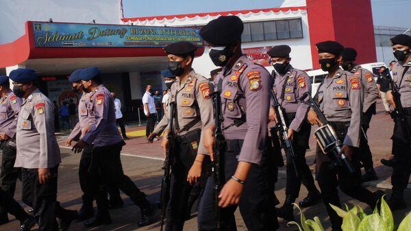 Индонезийская полиция патрулирует тюрьму в Тангеранге после того, как там вспыхнул пожар - Sputnik Грузия