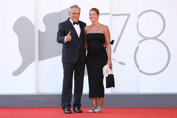 На время фотосессии временно маску можно было снять. На фото: директор Венецианского кинофестиваля Альберто Барбера и его супруга Джулия Росмарин  - Sputnik Грузия