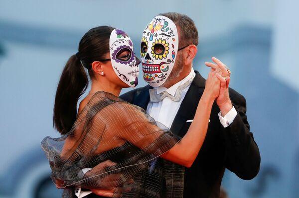 Мексиканский актер Эрнан Мендоса и его спутница в традиционных мексиканских масках - Sputnik Грузия