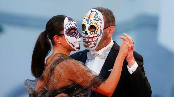 Актер Эрнан Мендоса с партнершей в масках на 78-м Венецианском международном кинофестивале - Sputnik Грузия