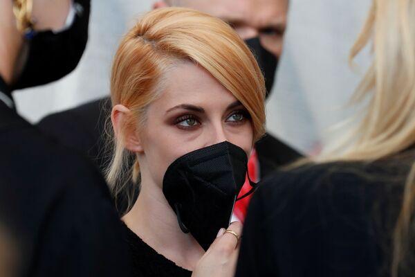 Актриса Кристен Стюарт в элегантном образе с черной маской - Sputnik Грузия