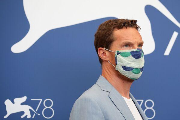 Актер Бенедикт Камбербэтч и его маска веселенькой расцветки - Sputnik Грузия