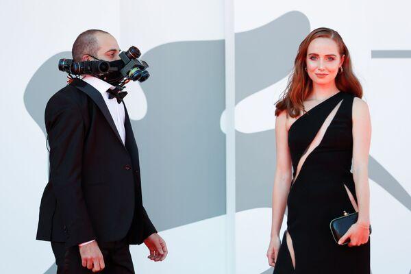 Актриса Паола Беттинальо и гость фестиваля в маске из... объективов? - Sputnik Грузия