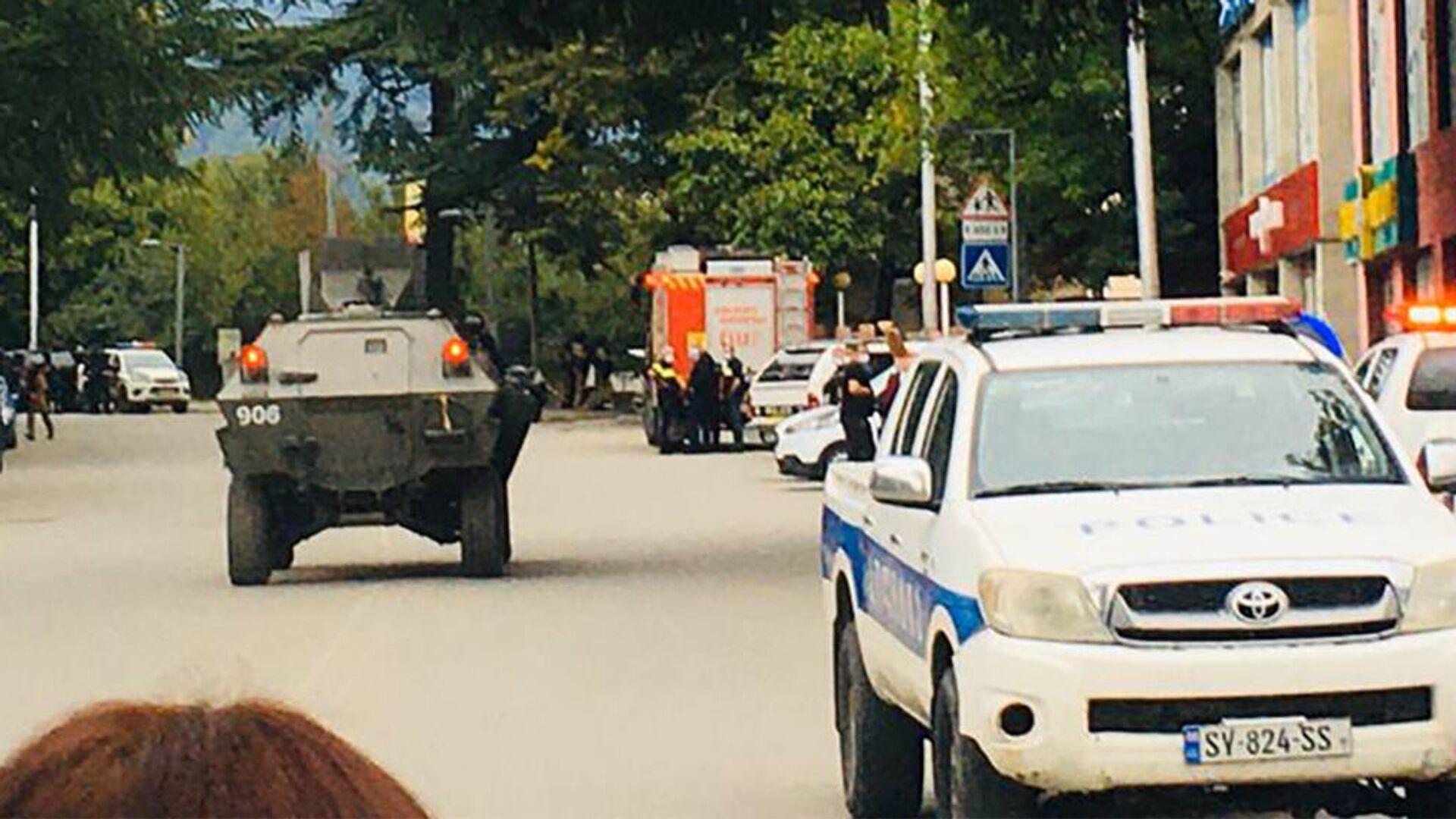Полиция на месте нападения на филиал Банка Грузии в городе Кварели - Sputnik Грузия, 1920, 11.09.2021