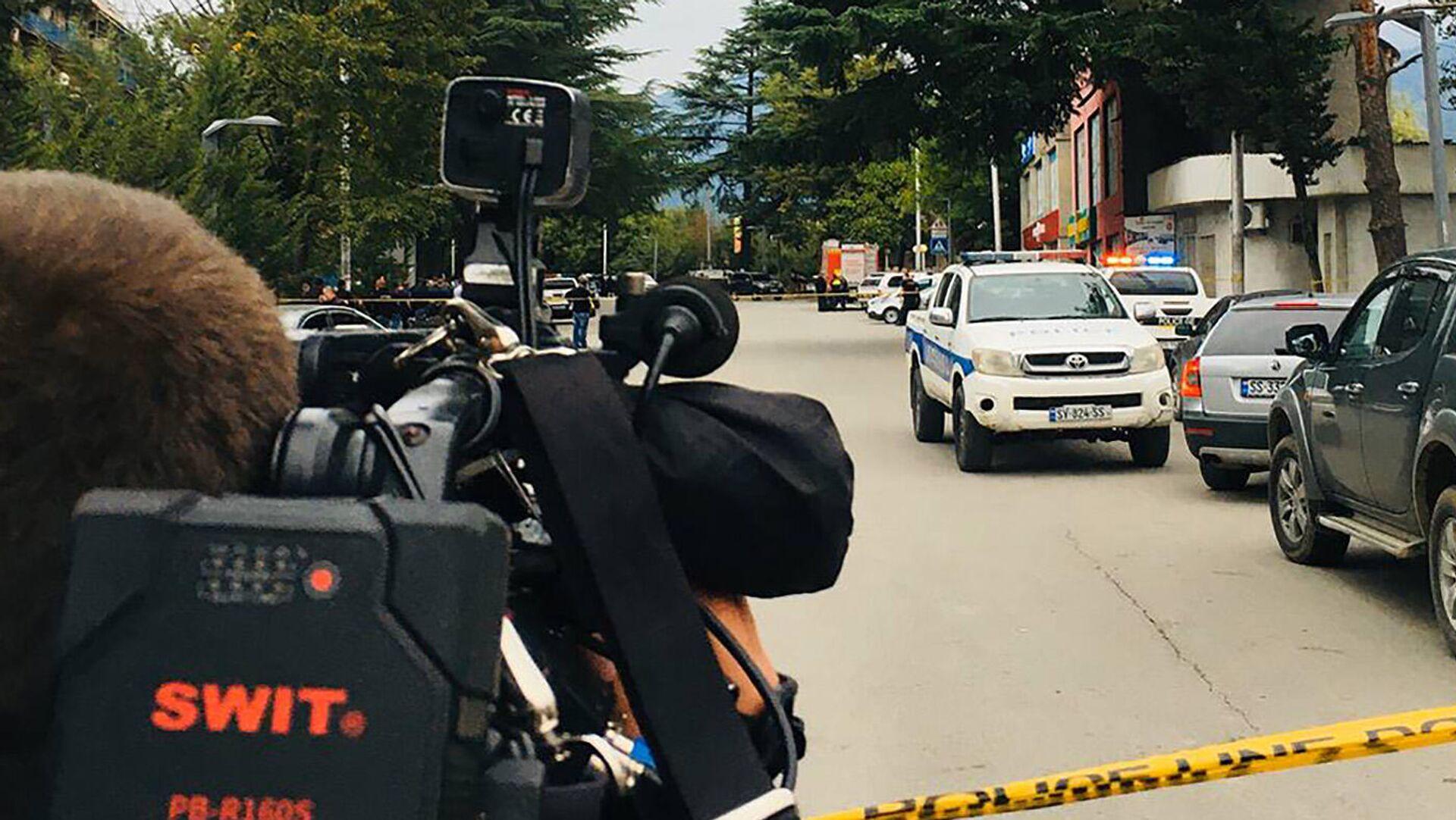 Полиция и журналисты на месте нападения на филиал Банка Грузии в городе Кварели - Sputnik Грузия, 1920, 09.09.2021