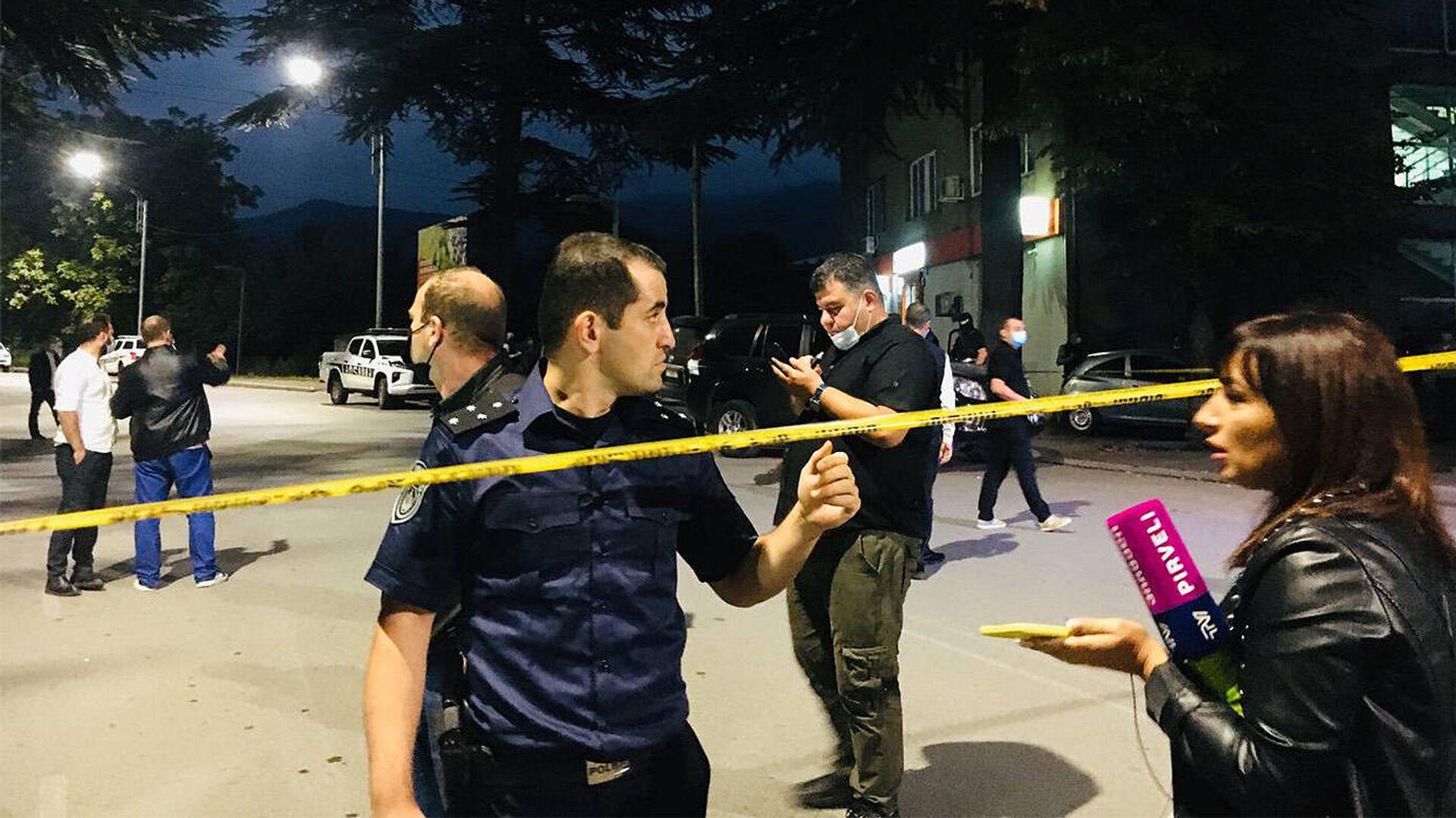 Полиция и журналисты на месте нападения на филиал Банка Грузии в городе Кварели - Sputnik Грузия, 1920, 10.09.2021
