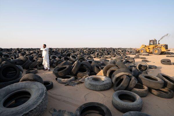 Компания EPSCO Global General Trading - завод по переработке шин в Кувейте - сейчас перевозит все шины в новое место в Аль-Салми, недалеко от границы с Саудовской Аравией, где уже начались работы по переработке - Sputnik Грузия